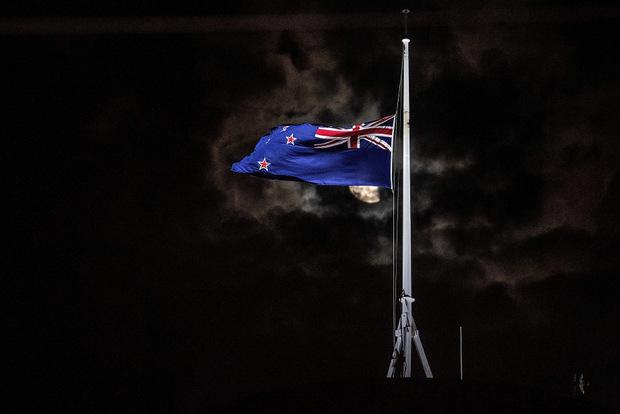 Die Flagge am Parlamentsgebäude in Wellington ist auf Halbmast gesetzt.