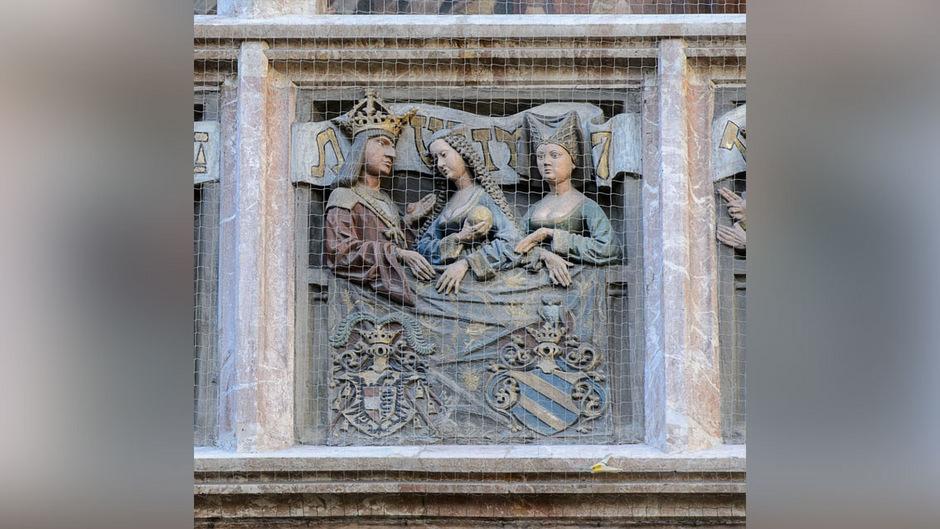 Auf dem Relief am Goldenen Dachl in der Innsbrucker Altstadt ist Kaiser Maximilan I. mit seinen beiden Gemahlinnen Bianca Maria Sforza (Mitte) und Maria von Burgund (rechts) zu sehen.