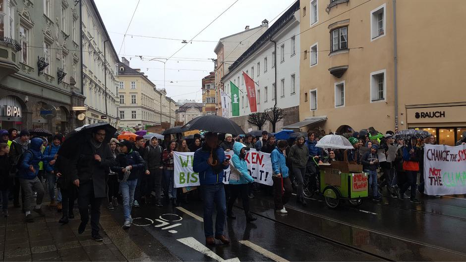 Kein Durchkommen: 4000 Jugendliche zogen für den Klimaschutz in Innsbruck durch die Straßen.