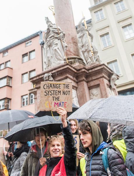 Vor der Annasäule demonstrierende Jugendliche.