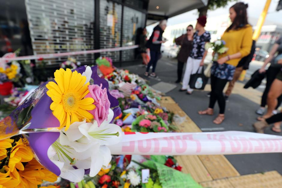 Trauernde haben Blumen am Eingang einer der zwei Moscheen abgelegt.