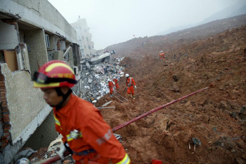 Rettungskräfte suchen  nach Überlebenden. (Symbolfoto)