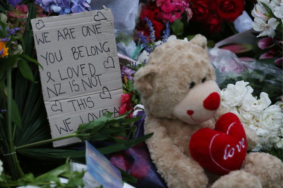 Trauernde haben Blumen und Kerzen vor der Moschee aufgestellt.