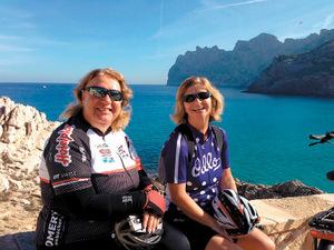 Doris Keller (links) kennt die schönsten Plätze Mallorcas – hier oberhalb von Sant Vincenç.