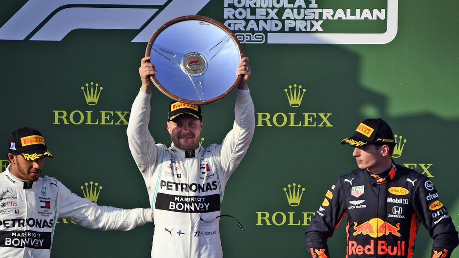 Valtteri Bottas (Mitte) triumphiert beim GP von Australien. Lewis Hamilton (links) musste sich mit Platz zwei begnügen. Max Verstappen wurde Dritter.