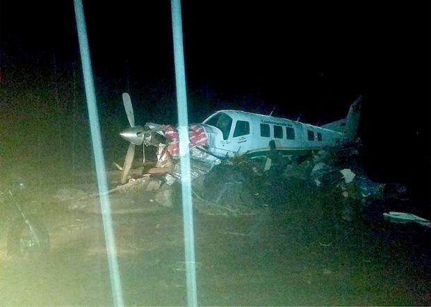 Ein Flugzeug, das von den Wassermassen mitgerissen wurde.