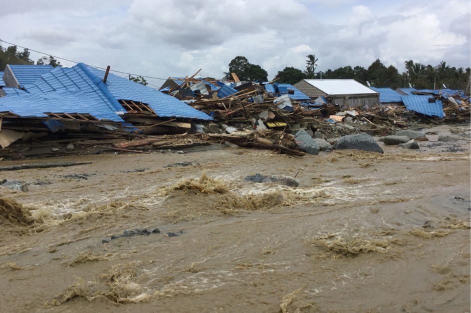 Nach heftigem Regen seien am Samstag mehrere Dörfer in der Region der Provinzhauptstadt Jayapura von den Wassermassen überschwemmt worden.