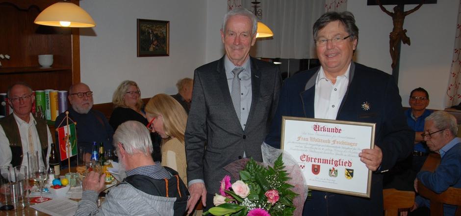 Freundeskreis-Vollversammlung: Obmann Rudi Heinz (l.) würdigte die Verdienste von Deutschkurse-Projektleiterin Traudi Feichtinger. Weil sie erkrankt war, übergab er die Urkunde an ihren Mann Eugen Feichtinger.