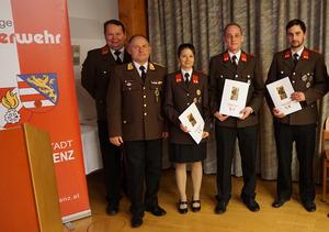 Christina Gruber, Manuel Marischka und Patrick Reinisch (r.) mit den Beförderungsurkunden.