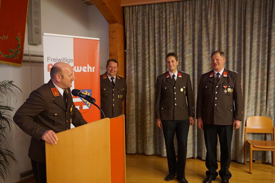 Günther Wachtlechner (r.) übergibt sein Amt als Gruppenkommandant an Stefan Peintner (2.v.r.).