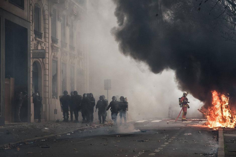 Immer wieder setzen Randalierer Fahrzeuge und Geschäfte in Brand.