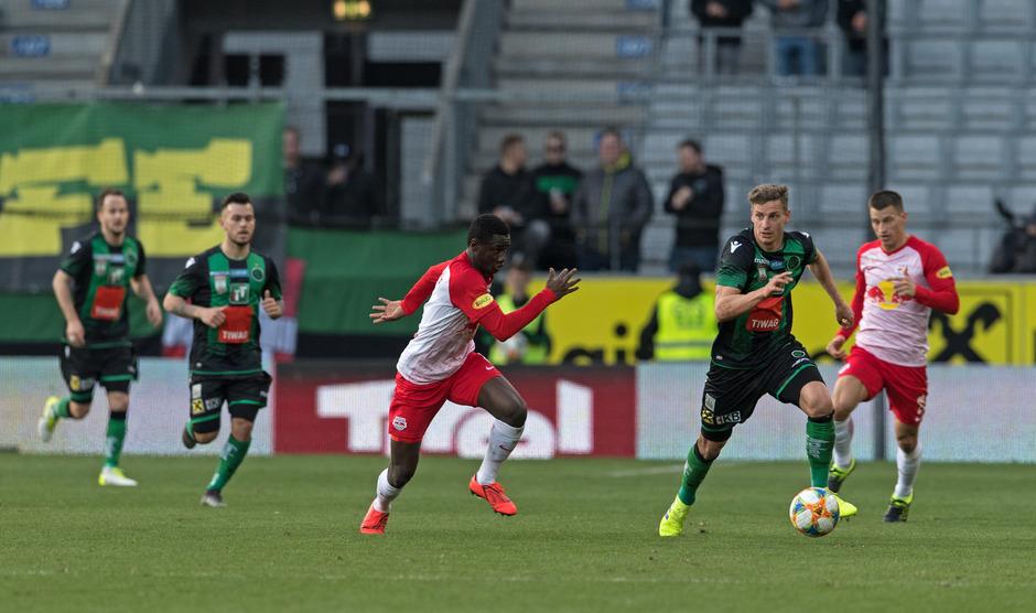 Roman Kerschbaum (2.v.r.) hat gegen Salzburg einen schweren Stand.