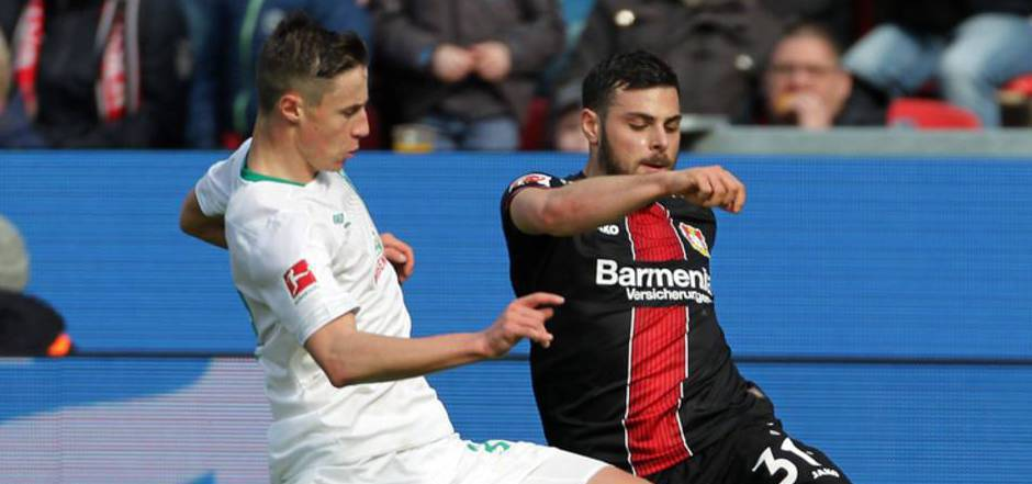 Marco Friedl (l.) im Duell mit Kevin Volland.