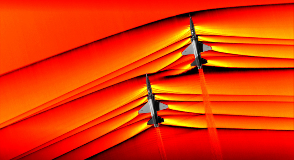 Das faszinierende Fotozeigt die Flugzeuge, bei denen sich das hintere etwa drei Meter tiefer und zehn Meter seitlich versetzt fortbewegt, bei einem Testflug über einer Wüste in Kalifornien.