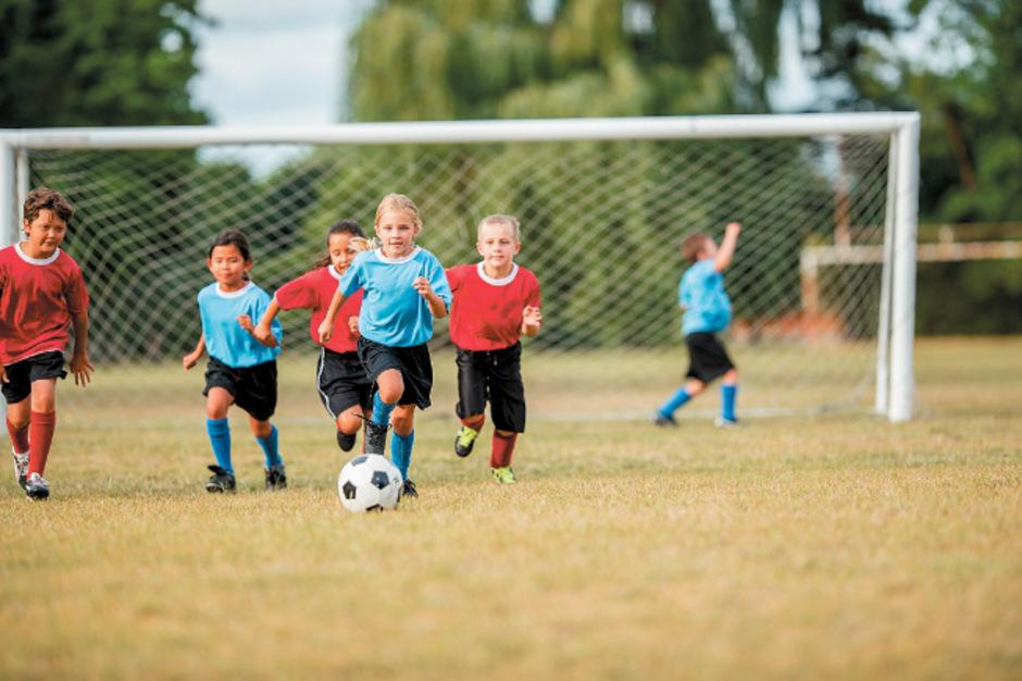 """""""Trainer und Eltern müssen darauf achten, dass Kinder ausreichend Regenerationsphasen bekommen."""" Christoph Resinger, Fußballmediziner"""