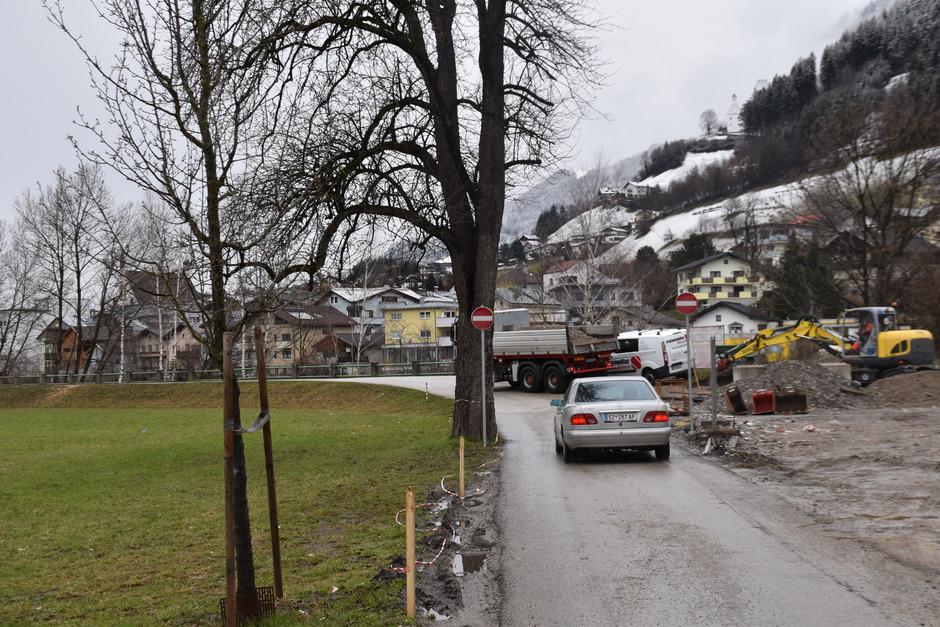 Seit etwa zwei Wochen stehen am ehemaligen Zöhrer-Areal, wo derzeit eine Wohnanlage entsteht, die Fahrverbotstafeln. Für viele kommen die Tafeln aus dem Nichts. Platz zum Wenden ist auch keiner da.