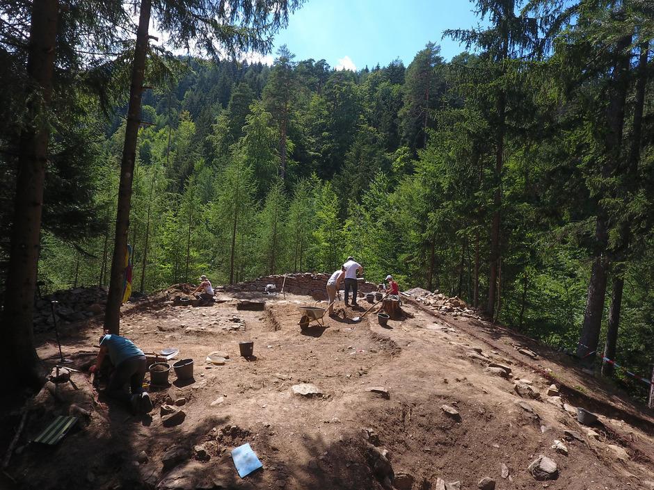 """Das Forscherteam der Universität Innsbruck hat letzten Sommer nur einen Teil der keltisch-römischen Kultstätte in Lienz freigelegt. Heuer und nächstes Jahr wird am """"Dominikanerinnen-Bichl"""" weitergearbeitet."""