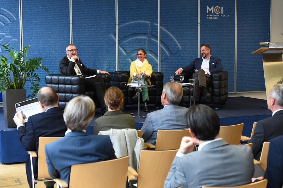 Volles Haus im Management Center Innsbruck: Rektor Andreas Altmann, Bettina Würth und Steffen Greubel (v.l.).