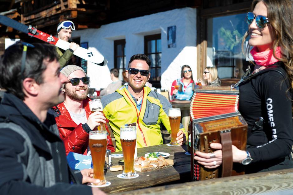 """""""A Bier und a Musi"""" lautet das Motto des ersten dreitägigen Ski-Kirchtags der Lienzer Bergbahnen am Zettersfeld."""