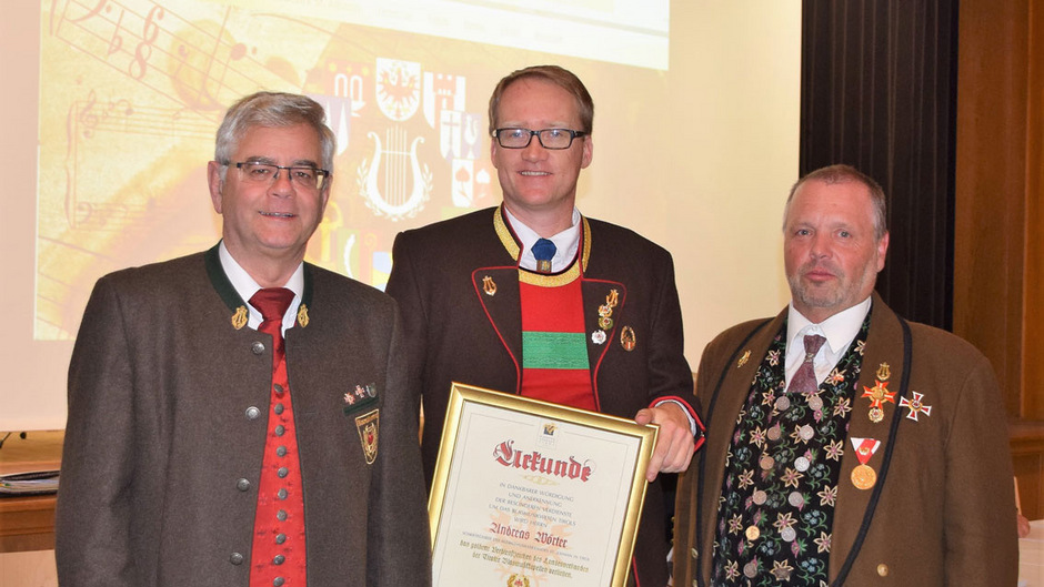 St. Ulrichs Kapellmeister Andreas Wörter erhielt das Verdienstzeichen in Gold – im Bild mit Landesobmann-Stv. Raimund Winkler (l.) und Bezirksobmann Michael Werlberger.