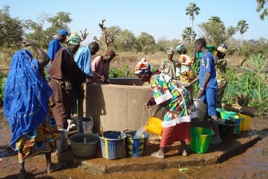 Mit der Wasserversorgung blühen auch die Wirtschaft und das soziale Leben in ärmeren Regionen wieder auf. Die Caritas Tirol unterstützt Brunnenbau-Projekte.