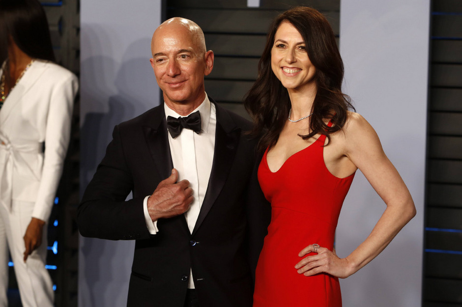 Kurz vor den Berichten über die außereheliche Affäre hatten Bezos und seine Frau MacKenzie ihre Scheidung nach 25-jähriger Ehe angekündigt.