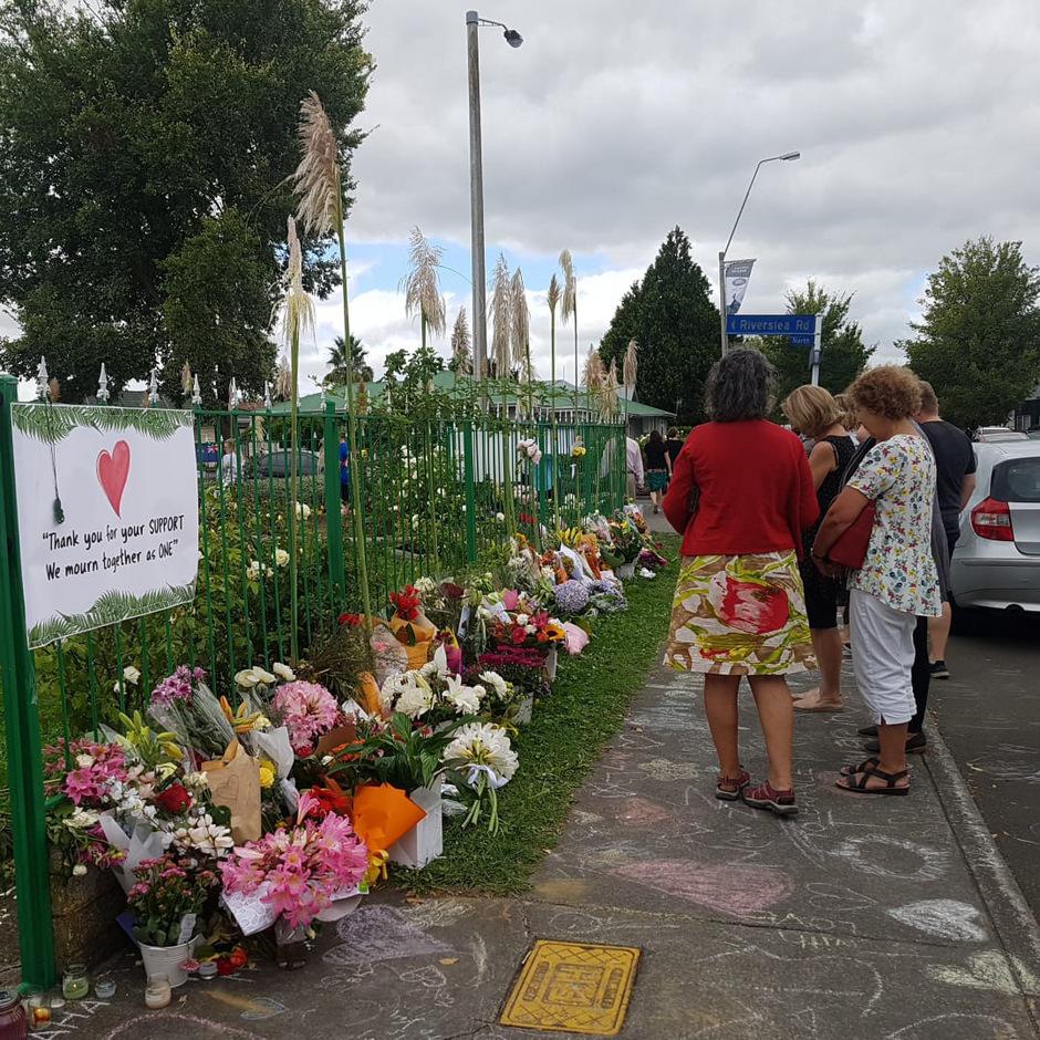 Auch in Hastings hat sich vor der Moschee eine Gedenkstätte aus Blumen ergeben.