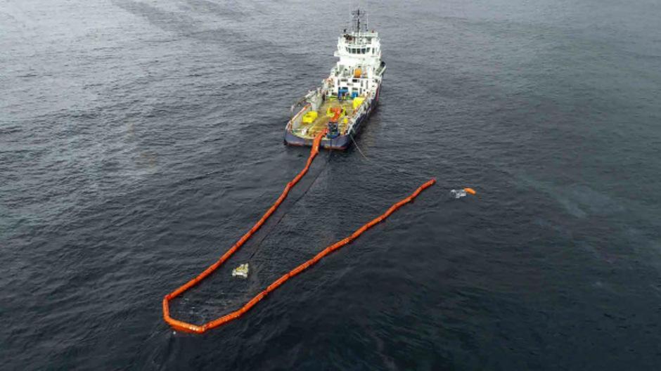 Seit Tagen versuchen Schiffe, die Ölteppiche zu neutralisieren.