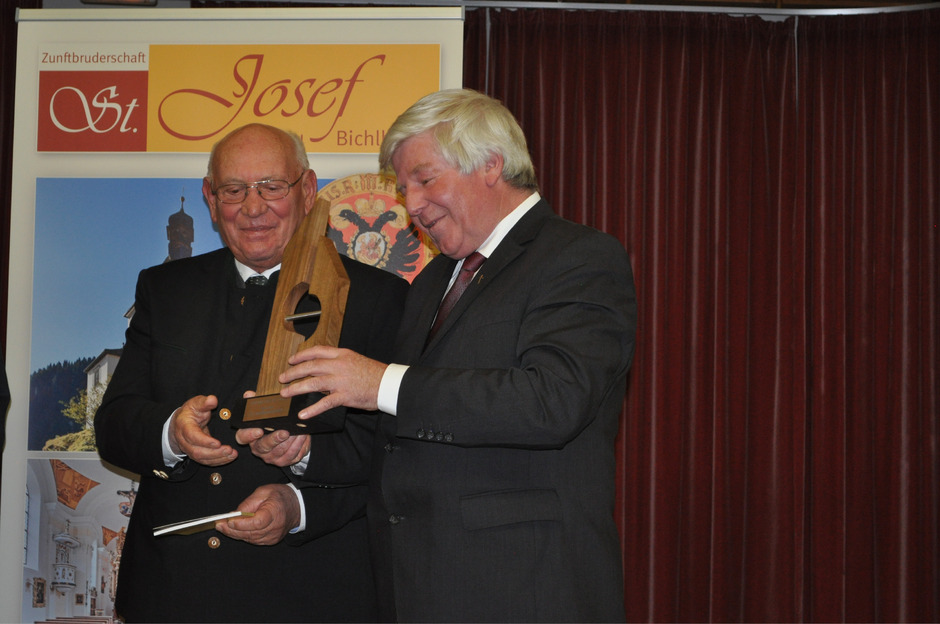 Der langjährige Weggefährte von Altdekan Msgr. Ernst Pohler, Pfarrer Donatus Wagner (l.), nahm für den verhinderten Geistlichen den Sozialpreis aus den Händen von Dekan Franz Neuner entgegen.