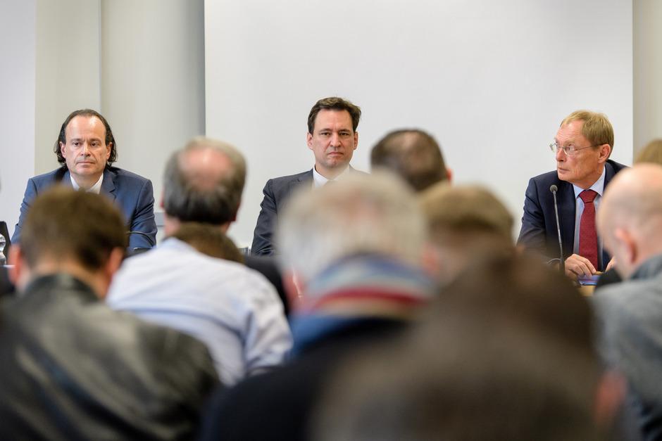 Oberstaatsanwalt Kai Gräber, Bayerns Justizminister Georg Eisenreich und Oberstaatsanwalt Hans Kornprobst bei der Doping-Pressekonferenz am Mittwoch in München.