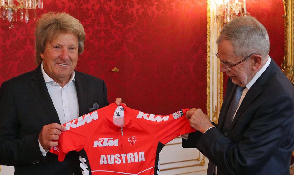 Otto Flum, hier mit Bundespräsident Van der Bellen, räumt den Posten als Radsport-Oberhaupt.