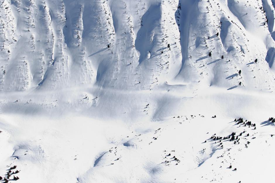 Das auf 1894?m gelegene Hahntennjoch war gestern tief verschneit, die Straße zu erahnen. Neue Schneefälle sind nicht auszuschließen. Ein Vergleich: Der Fernpass erreicht 1212?m.
