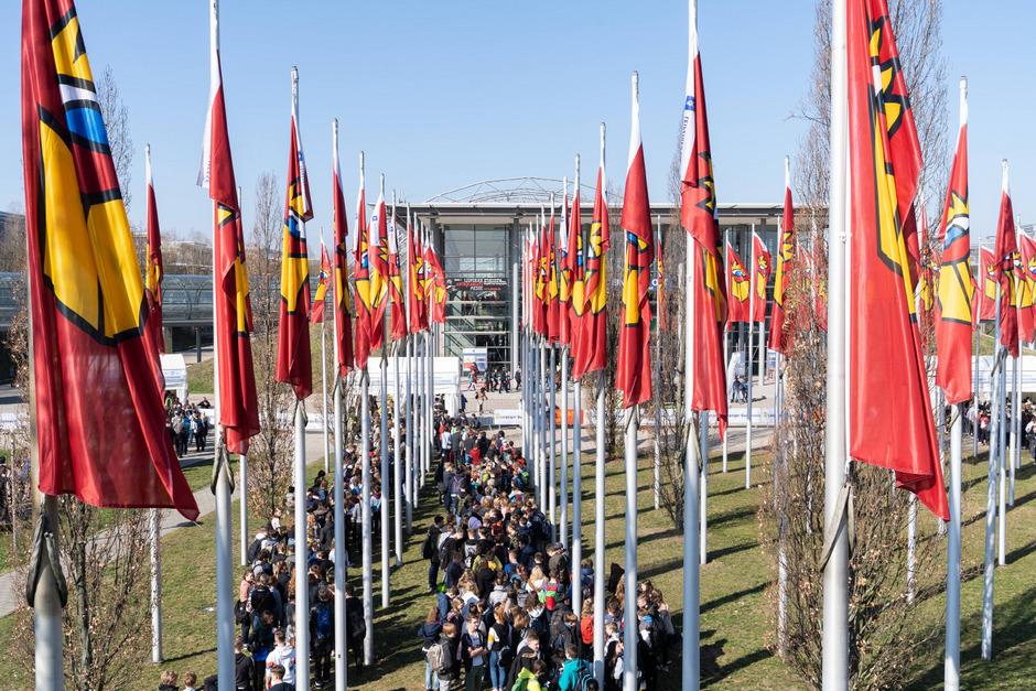 Massenandrang am ersten Tag der Leipziger Buchmesse: Vor dem Eingang bilden sich Warteschlangen