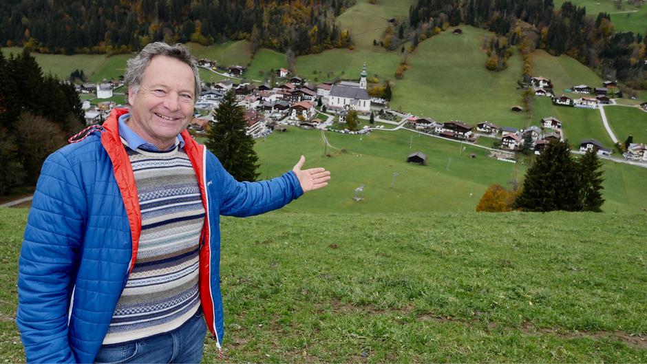 Michael Unger am Riedlhang mit Blick auf das Dorf Oberau. Auf der Wiese soll der Freizeitpark entstehen.