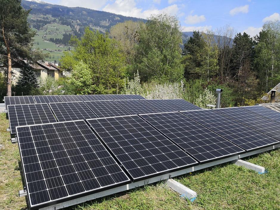 Nicht nur auf grünen Dächern, sondern auch als Brüstungsmauern und Energiefassaden könnten Photovoltaikmodule eingesetzt werden.