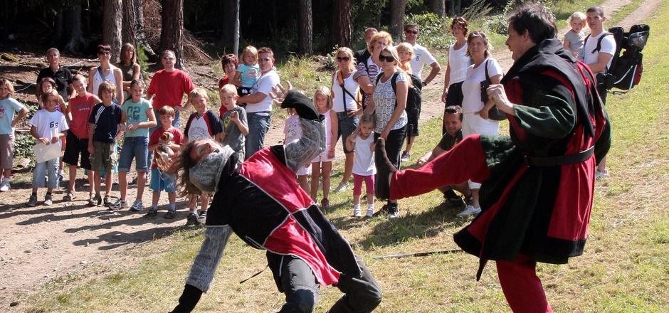 """Mit """"ritterlichen"""" Abenteuern hat man beim Tiroler Sagen- & Märchenfestival bereits Erfahrung. Aber auch der Schutzwald oder die Geschichten rund um Alice im Wunderland stehen heuer thematisch im Fokus."""