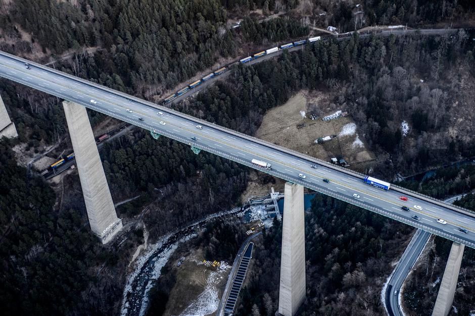 Noch thront in Tirol die Straße über der Schiene. Auch was das Verhältnis der transportierten Waren betrifft. In der Schweiz ist es umgekehrt.