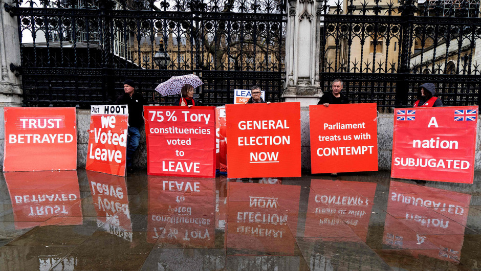Brexit-Befürworter demonstrieren vor dem Parlament in London.