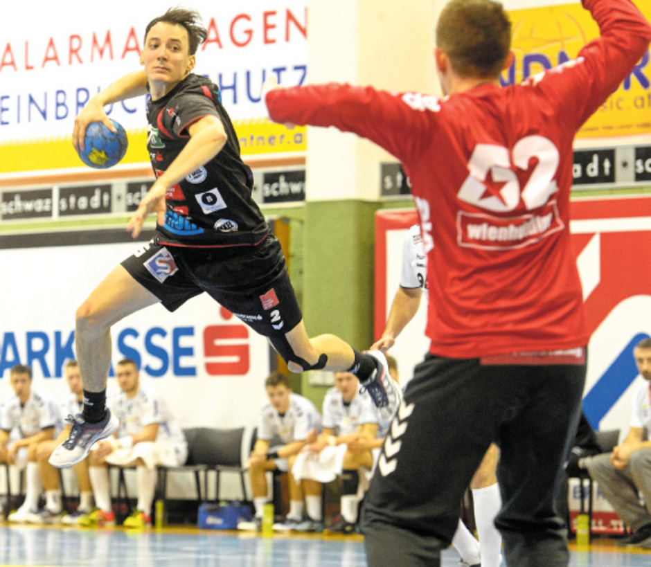 Handball-Tirol-Kapitän Alex Wanitschek (l.) will morgen im Heimkracher gegen die Fivers punkten.
