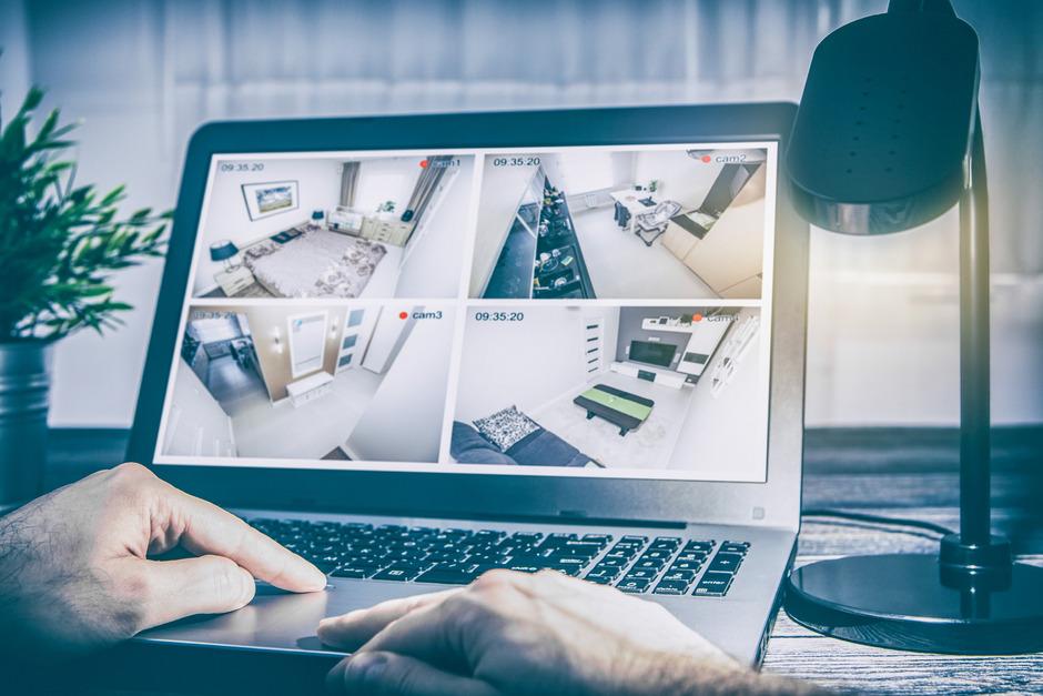 Login-Daten von billigen Alarmanlagen lassen sich laut Tests häufig einfach abfangen. Hacker erhalten dann Zugriff auf Kameras im Haus.