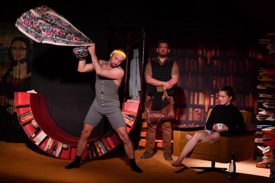 Anarchie auf der Bühne? Nein, nein – alles ganz harmlos. Sportler Paul (Edwin Hochmuth), Softie Martin (Dominik Kaschke) und Liebchen Sophie (Maria Astl) üben sich in der lustigen Disziplin der Dreisamkeit.
