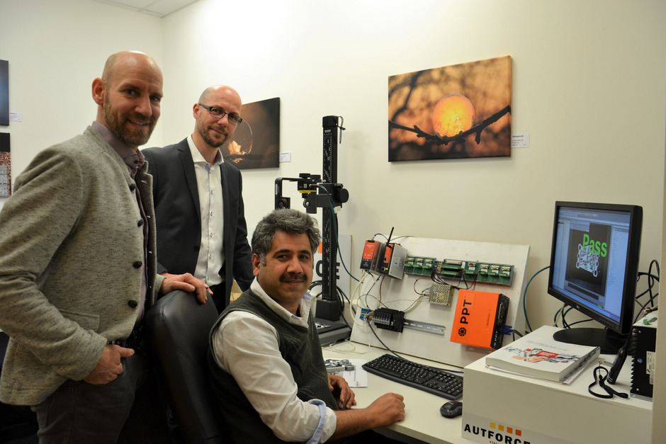 Die beiden Autforce-Geschäftsführer Stefan Perg und Markus Piffer mit Applikationsspezialist Amir Badshah (v.l.) im Büro in Lienz.