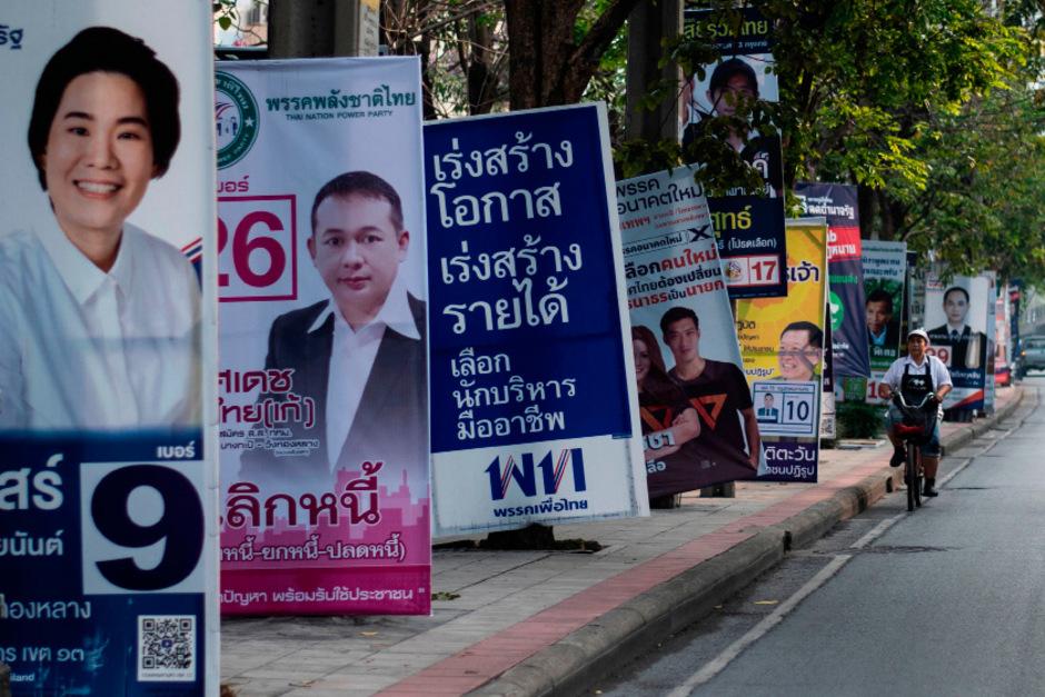 Bangkok ist voller Wahlplakate: Am Sonntag sind 51 Millionen Wahlberechtigte aufgerufen, ein neues Parlament zu wählen.