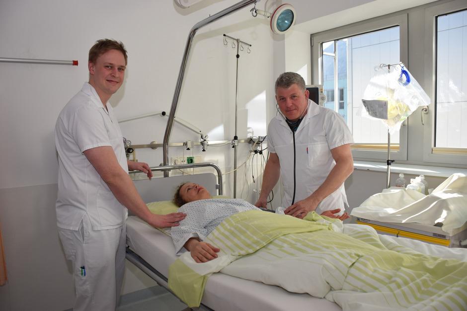"""Alexander Harb (l.) und Christian Thaler betreuen Hunderte Patienten im Jahr. Nur selten werden sie als """"männliche Schwestern"""" belächelt."""