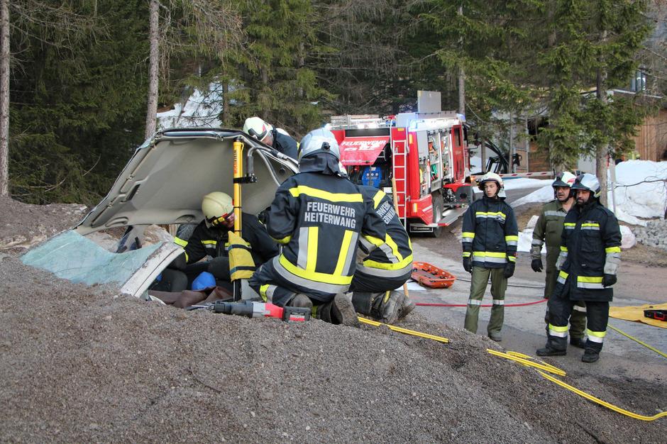 Autos lagen unter Vermurungen. Insassen mussten befreit werden.
