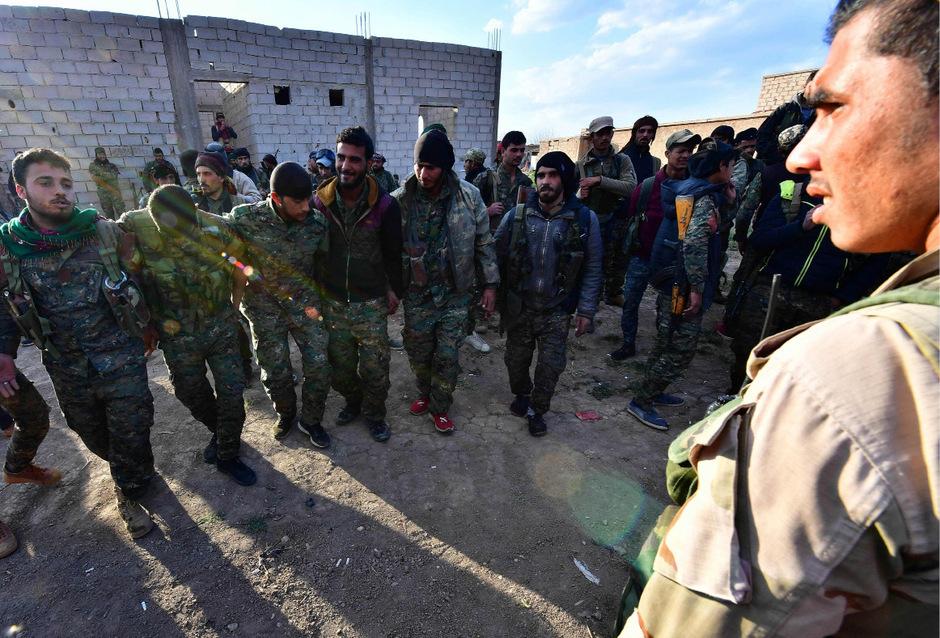 SDF-Kämpfer feiern den Sieg über den IS in Baghouz.