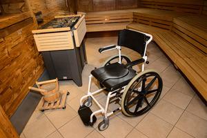 Den Gästen stehen Sauna-Rollstühle zur Verfügung.