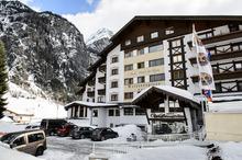 Hafeles Betrieb Weisseespitze liegt vor dem Kaunertaler Gletscher.