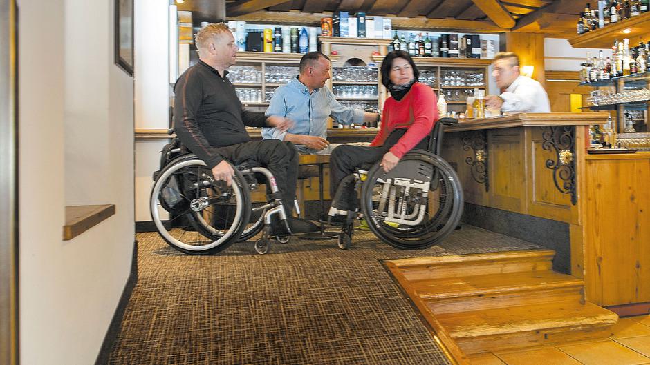 In einem Barbereich des Hotels Weisseespitze im Kaunertal können Rollstuhlfahrer mit Gehenden und dem Barkeeper auf Augenhöhe sprechen.