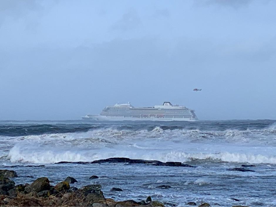 In-Seenot-geratenes-Kreuzfahrtschiff-in-norwegischem-Hafen-angekommen
